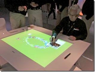 Mesa de exibição mostra imagens e materiais