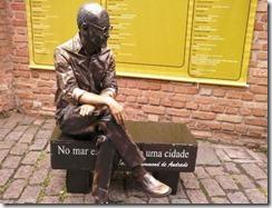 estatua-viva-de-carlos-drummond-de-andrade-que-estara-na-flip-2012-1341006990714_615x470