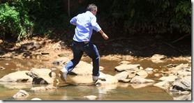 4fev2014---morador-atravessa-rio-atibaia-na-regiao-de-campinas-interior-de-sao-paulo-1391547586301_956x500