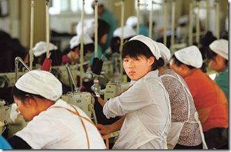Trabalhadores de uma fábrica de vestuários em Huaibei