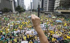 Foto da Avenida Paulista constante do artigo publicado no site da Folha de S.Paulo, informando que os participantes superaram os dos eventos anteriores.